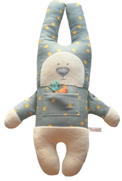 Заяц с открытыми глазами в серой рубашке в желтый горох