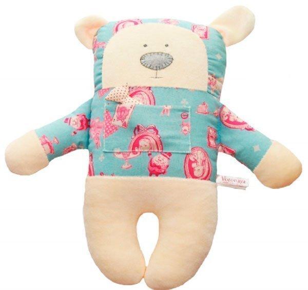 """Медведь с открытыми глазами в рубашке с принтом """"Алиса в стране чудес"""""""