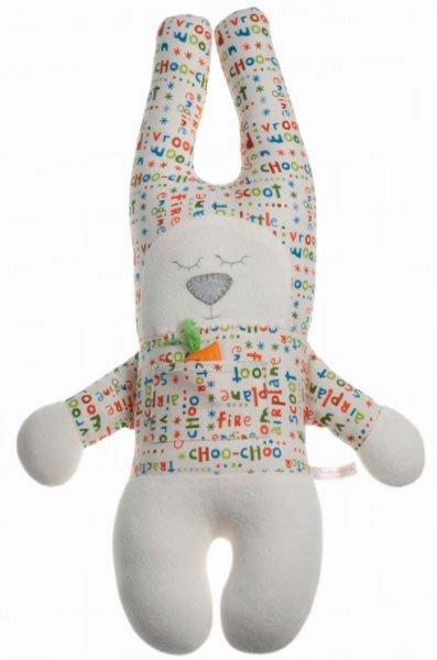 Заяц с закрытыми глазами в рубашке с буквами