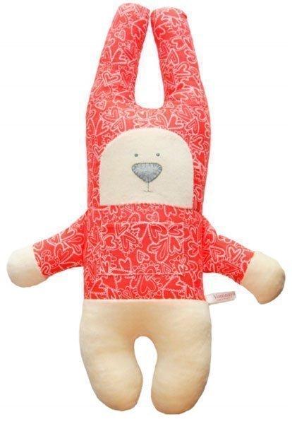Заяц с открытыми глазами в красной рубашке с сердечками