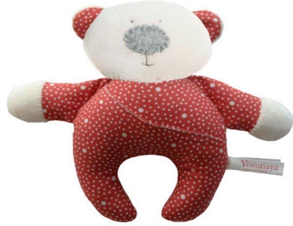 Медвежонок с ножками в красном комбинезоне с маленькими сердечками с открытыми глазами